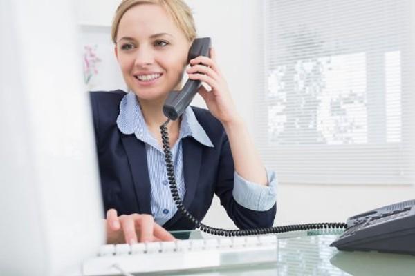 Telesale cần có thái độ nhẹ nhàng và giọng nói ổn định để tạo độ tin cậy và thiện cảm.