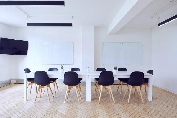 Thuê phòng họp không quá rộng gây loãng không khí, cũng không quá hẹp gây ngột ngạt.
