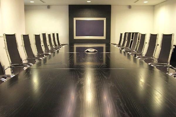 Các cánh cửa khi đóng mở không gây ồn làm ảnh hưởng đến cuộc họp.